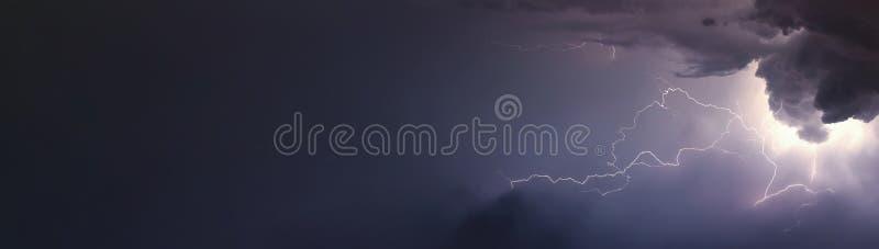 巨大的闪电和雷在重的夏天期间猛冲 免版税库存照片