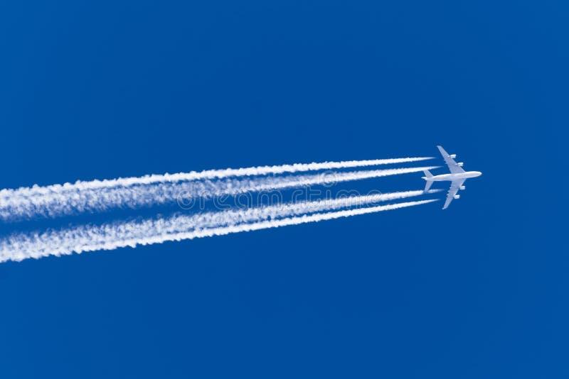 巨大的飞机大四个引擎航空机场转换轨迹覆盖 免版税库存图片