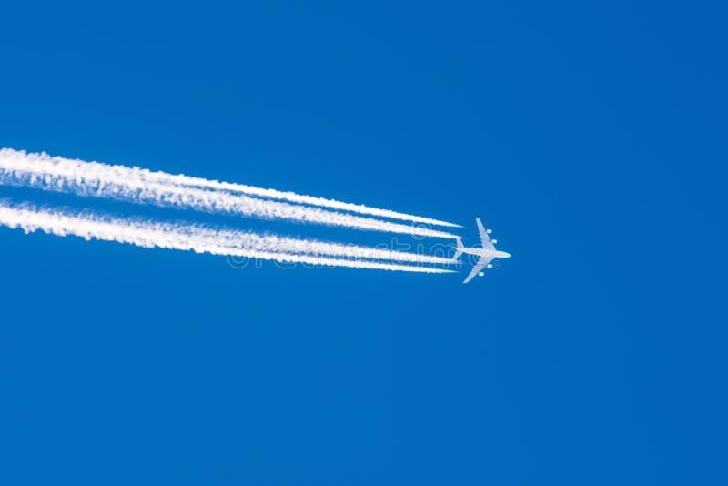 巨大的飞机大四个引擎航空机场转换轨迹覆盖 免版税库存照片
