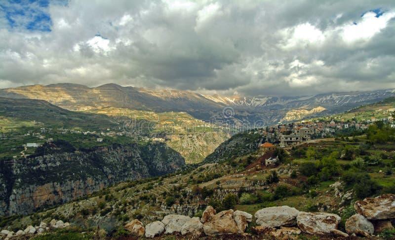 巨大的Qadisha峡谷的全景在Bcharre附近的在黎巴嫩 库存图片