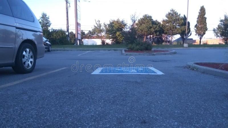 巨大颜色在这个空的停车场显示 库存图片