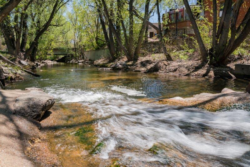 巨石城小河的超级净水 库存照片