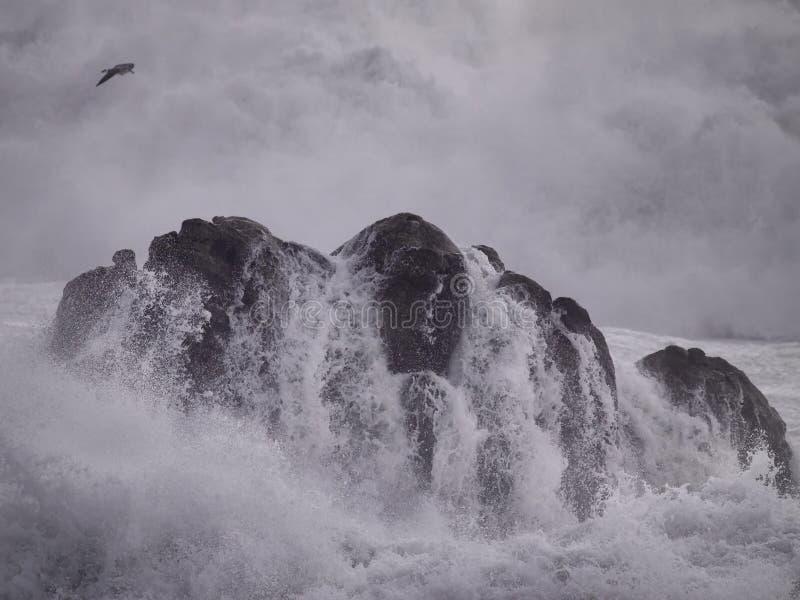 巨石城由风雨如磐的海击中了 图库摄影