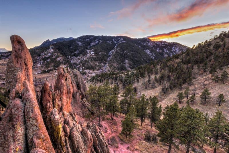 巨石城红色岩石和旗竿山日落 图库摄影
