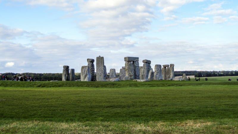 巨石阵史前纪念碑、绿草、蓝天和云彩,全景-威尔特郡,萨利,英国 图库摄影