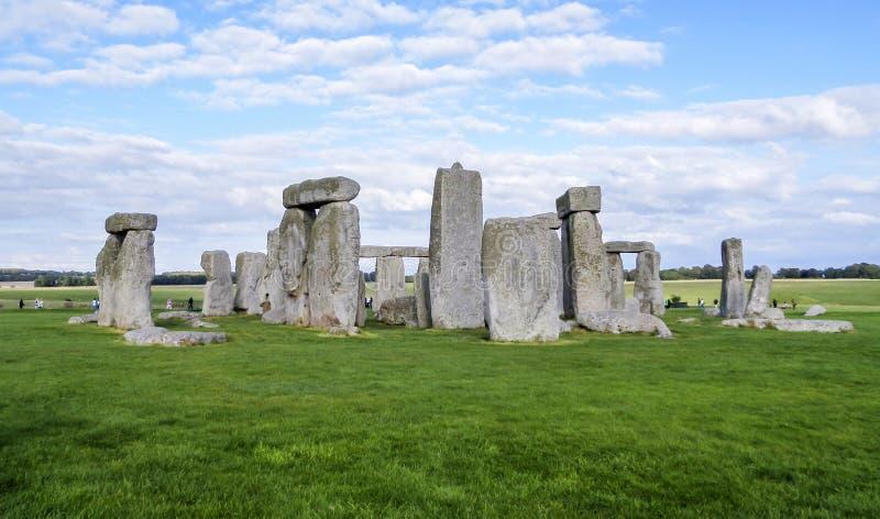 巨石阵史前纪念碑、绿草、蓝天和云彩-威尔特郡,萨利,英国 免版税库存照片