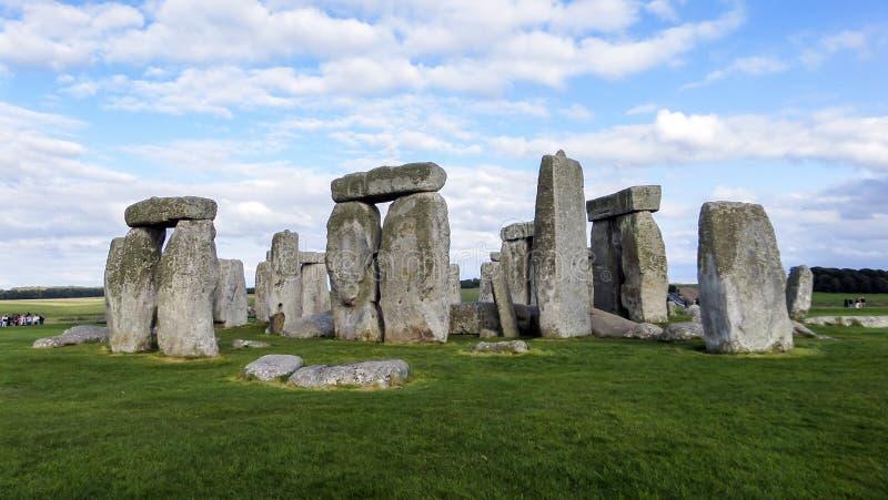 巨石阵史前纪念碑、蓝天和云彩-威尔特郡,萨利,英国 库存照片