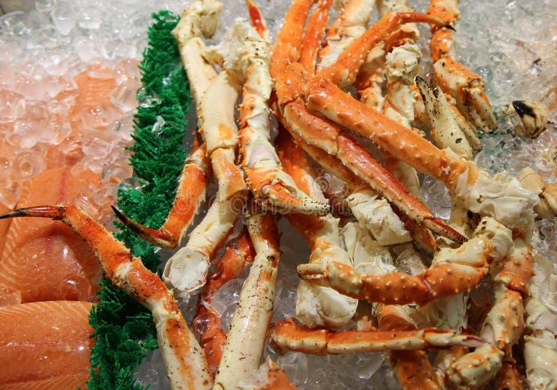 巨蟹腿、岩黄道蟹和三文鱼 免版税库存图片