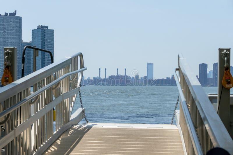 巩固的爱迪生能源厂在从East河的曼哈顿,纽约 免版税库存照片