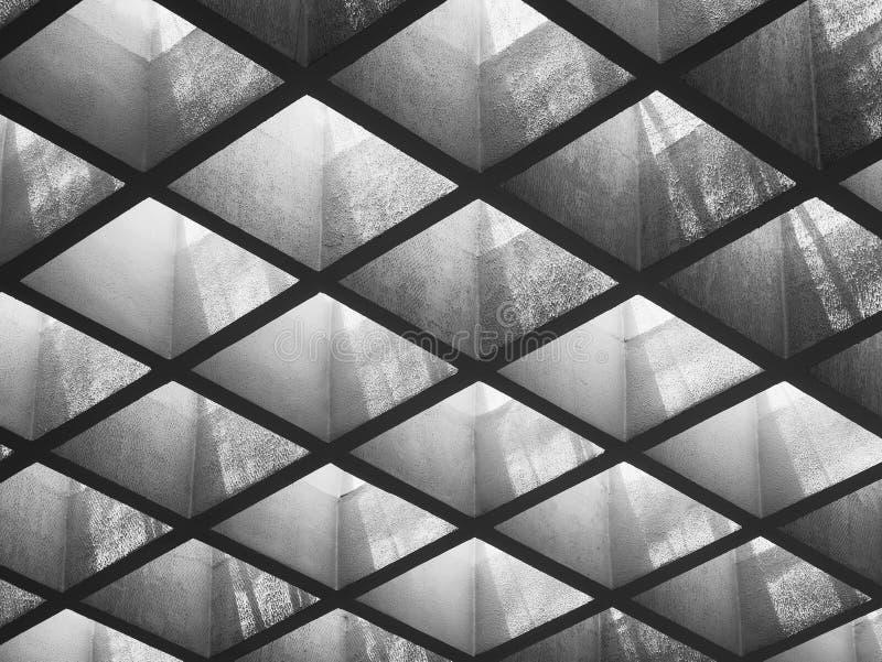 巩固盘区点燃空建筑学细节的天花板样式 免版税库存图片
