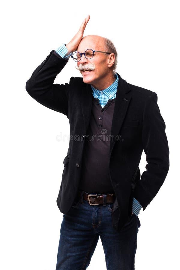 巩膜的中部有变灰的头发的年迈的前辈忘记了在白色背景的任命 库存图片
