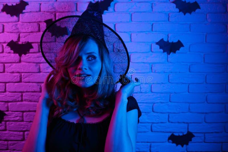 巫婆万圣夜服装的集会愉快的哥特式的少妇  图库摄影
