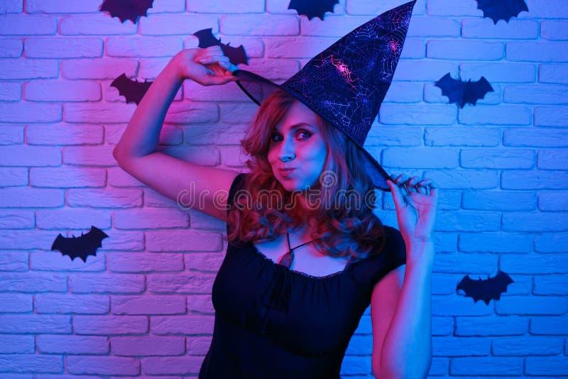 巫婆万圣夜服装的集会愉快的哥特式的少妇  库存图片