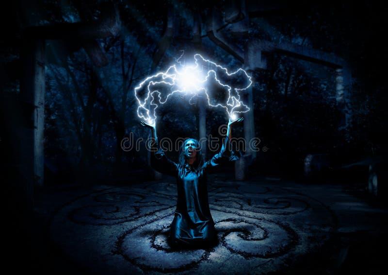 巫婆在夜森林里 免版税图库摄影
