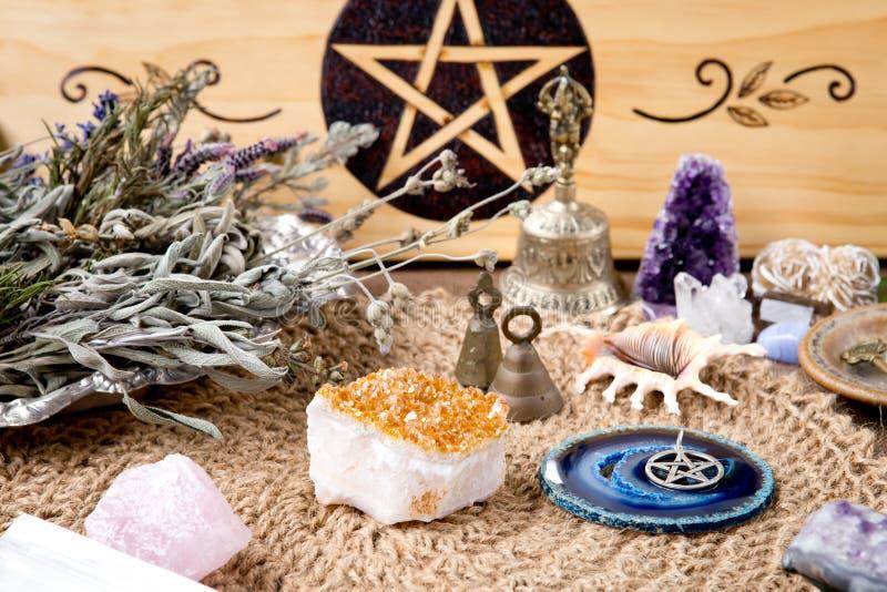 巫婆法坛装饰-与五芒星形、草本和水晶,与自然小钩黄麻法坛布料 库存图片