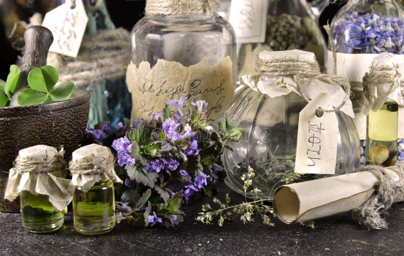 巫婆瓶用草本和纸卷 免版税库存图片