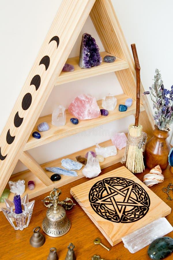 巫婆的法坛用干草本,水晶,五芒星形 库存图片