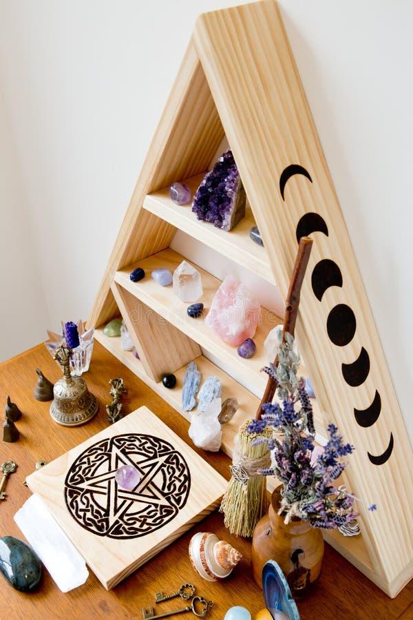 巫婆的法坛用干草本,水晶,五芒星形 免版税图库摄影