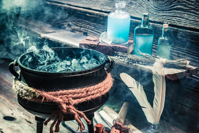 巫婆罐用魔药和纸卷为万圣夜 免版税图库摄影