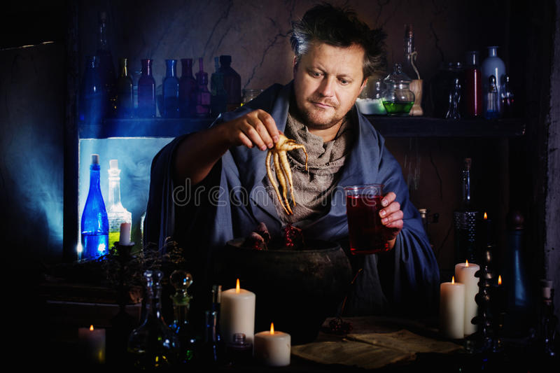 巫术师酿造魔药 库存图片