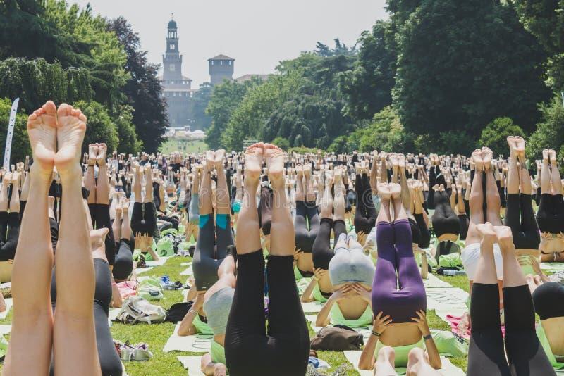 差不多2000个人在一个城市公园上自由集体瑜伽课在米兰,意大利 免版税库存图片