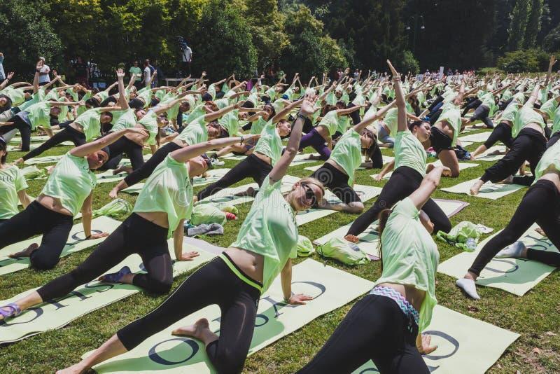 差不多2000個人在一個城市公園上自由集體瑜伽課在米蘭,意大利圖片