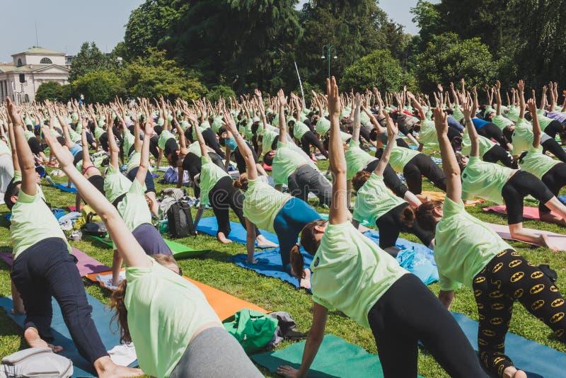 差不多2000個人在一個城市公園上自由集體瑜伽課在米蘭,意大利.圖片