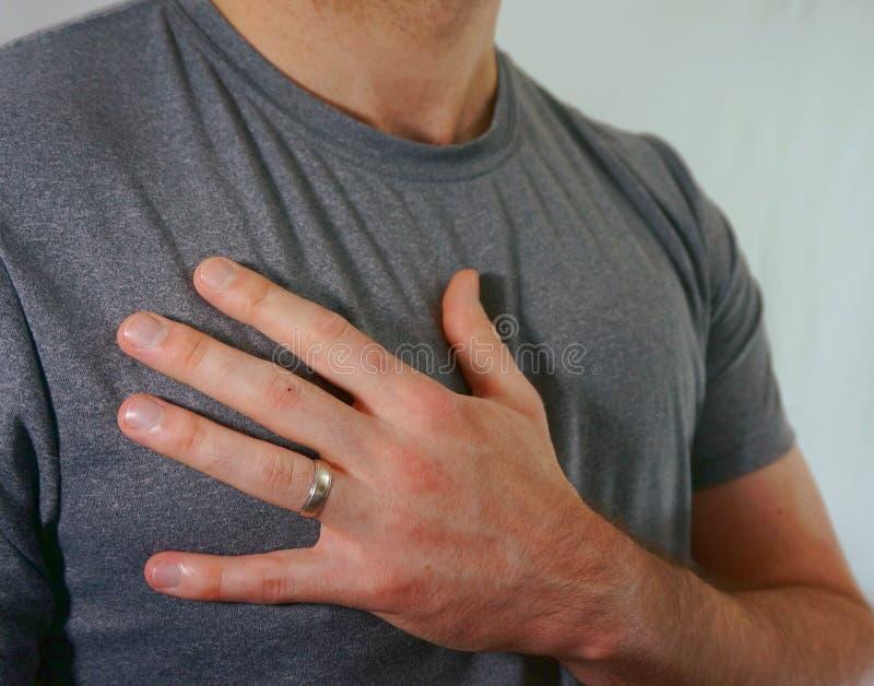 已婚人佩带的婚戒在手边 图库摄影