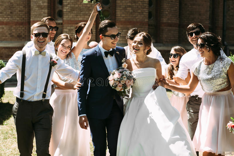 已婚夫妇和他们的最好的朋友的步行 免版税库存照片