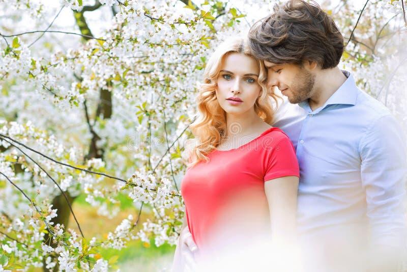 已婚夫妇消费业余时间在果树园 免版税图库摄影