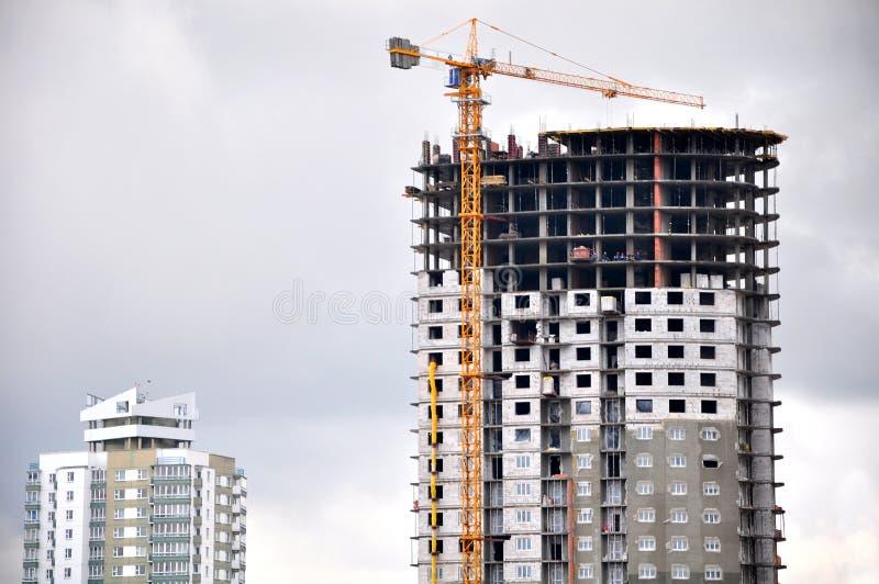 已经建造的建筑摩天大楼下 库存图片