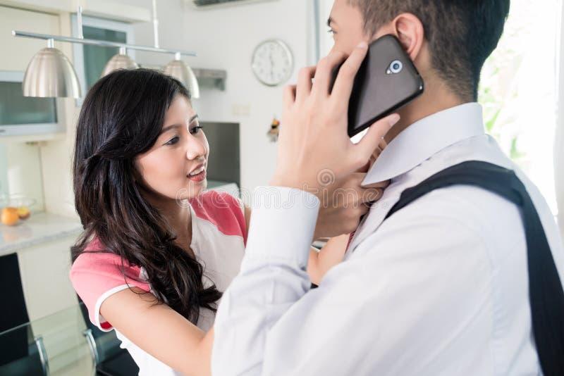 Download 已经供以人员使用离开的事务的电话在家 库存照片. 图片 包括有 打赌的人, 附加, 关系, 离开, 印度尼西亚语 - 59102158
