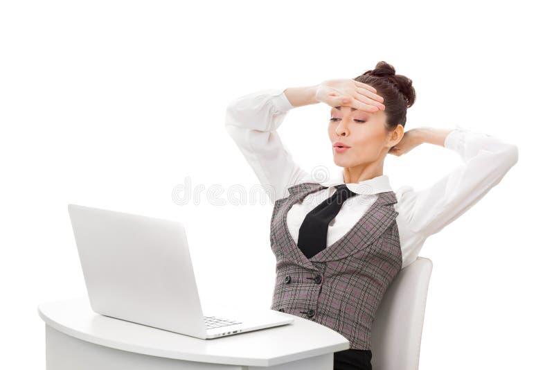 已经超时执行他的图象工作查找休眠手表工作的生意人女实业家概念性服务台 女实业家在工作 图库摄影