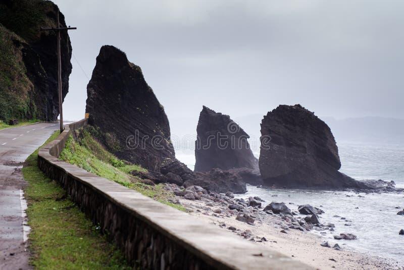 巴丹群岛省,菲律宾岩石海岸  免版税库存照片