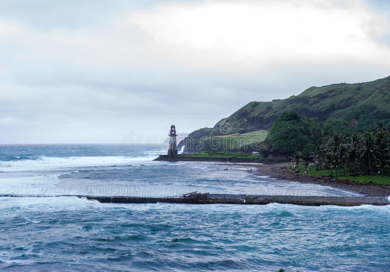 巴丹群岛省,菲律宾岩石海岸  免版税图库摄影