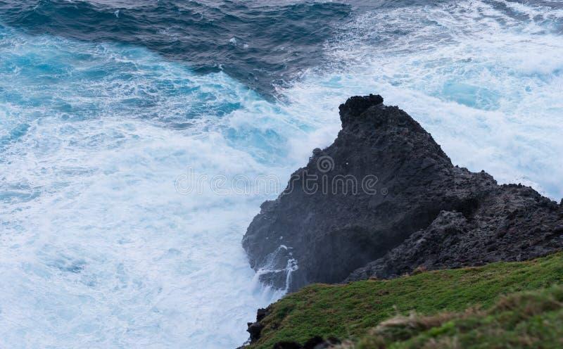 巴丹群岛省,菲律宾岩石海岸  图库摄影