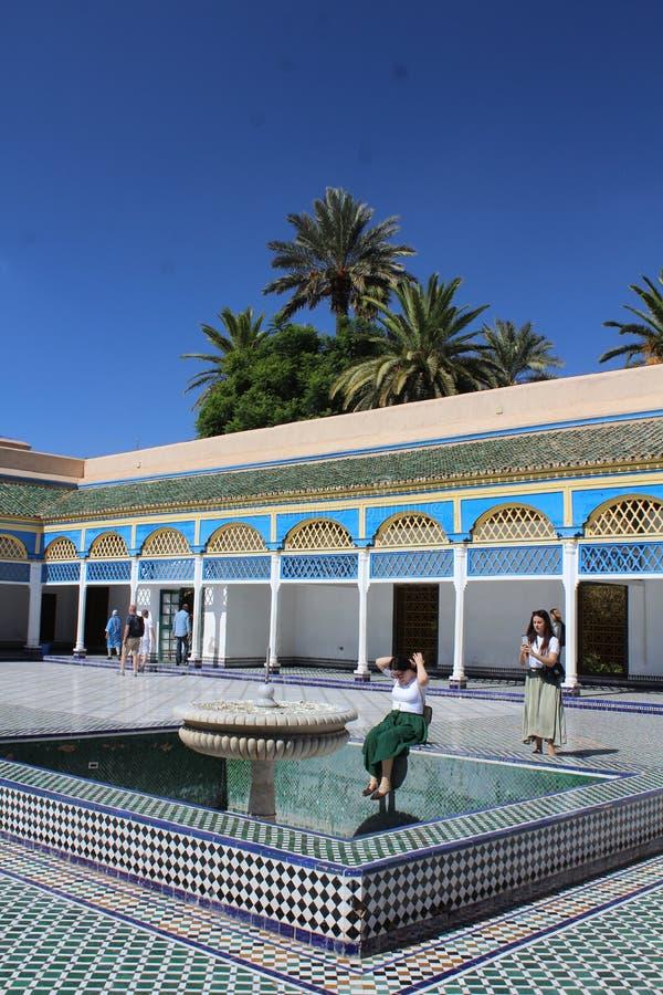 巴伊亚宫殿-与装饰喷泉和小水池的一个窗口 库存图片