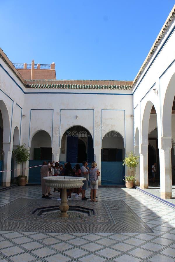 巴伊亚宫殿-与装饰喷泉和小水池的一个窗口 库存照片