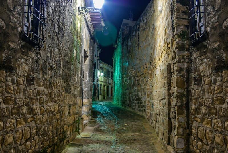 巴伊扎,哈恩省中世纪老镇的夜射击  免版税库存图片