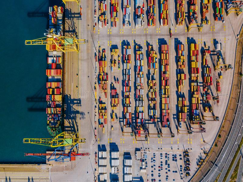 巴伦西亚商业港的鸟瞰图  集装箱码头和船在装货期间 免版税库存照片