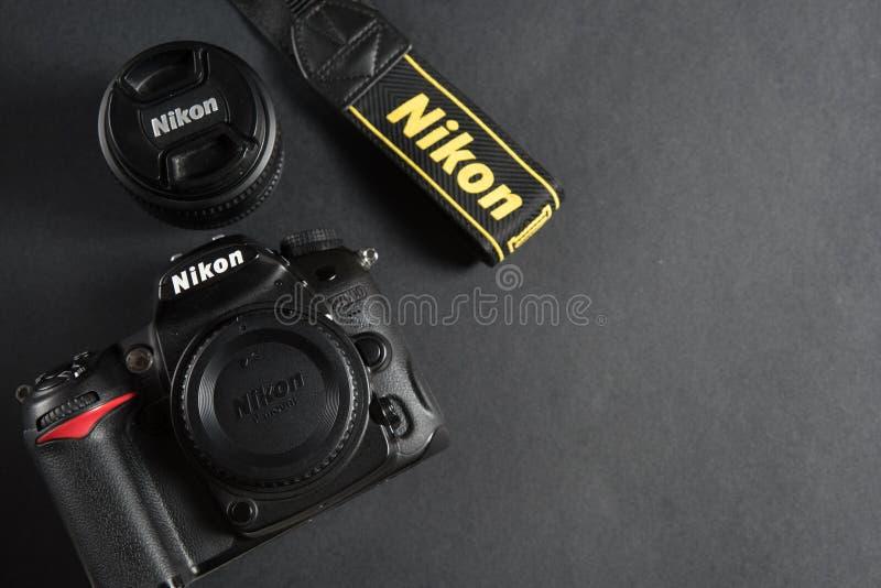 巴伦西亚,西班牙- 2019年6月30日 尼康D7000身体和nikkor透镜在黑背景中 免版税库存照片