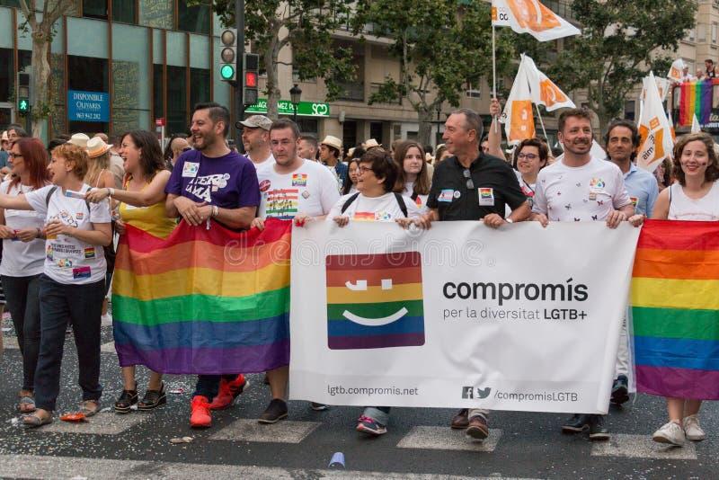 巴伦西亚,西班牙- 2018年6月16日:霍安ValdovÃ和一部分的他的与一副横幅的政治团体CompromÃs在同性恋自豪日天在Valenc 免版税库存图片