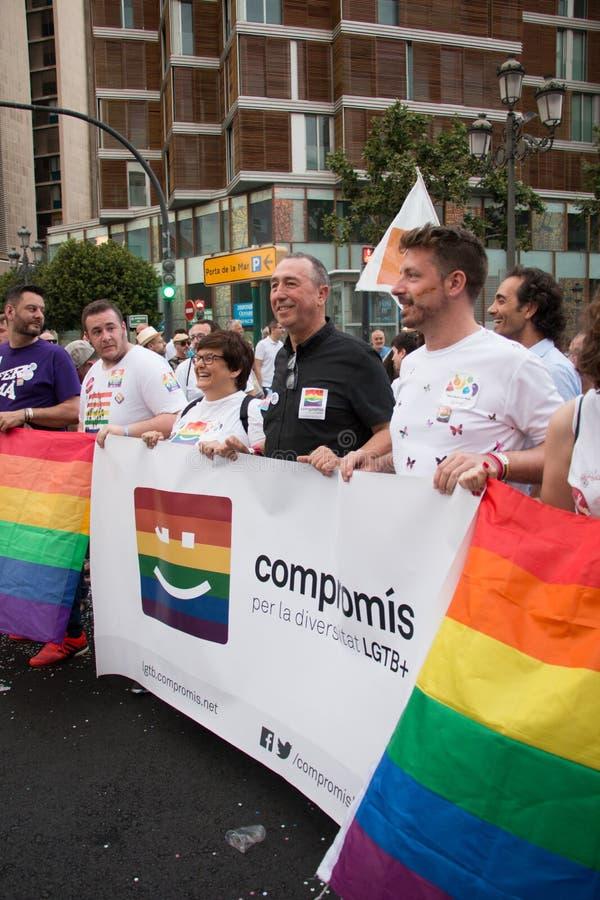 巴伦西亚,西班牙- 2018年6月16日:霍安ValdovÃ和一部分的他的与一副横幅的政治团体CompromÃs在同性恋自豪日天在Valenc 图库摄影