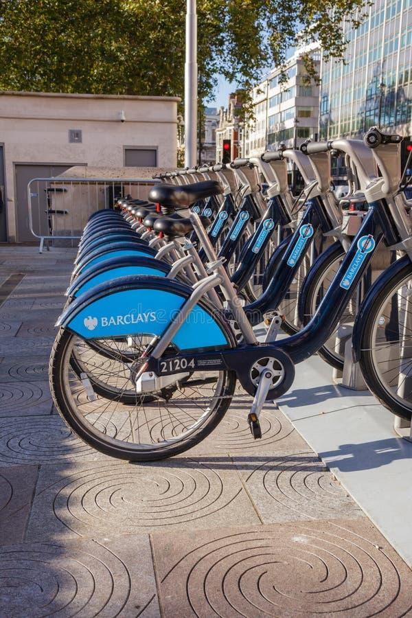巴克莱循环聘用鲍里斯自行车在停放站在伦敦英国 免版税库存照片