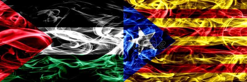 巴勒斯坦对加泰罗尼亚,西班牙烟旗子肩并肩安置了 巴勒斯坦人和加泰罗尼亚,西班牙的厚实的色的柔滑的烟旗子 皇族释放例证