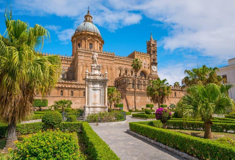 巴勒莫大教堂有圣塔罗萨莉娅雕象和庭院的 西西里岛,南意大利 库存图片