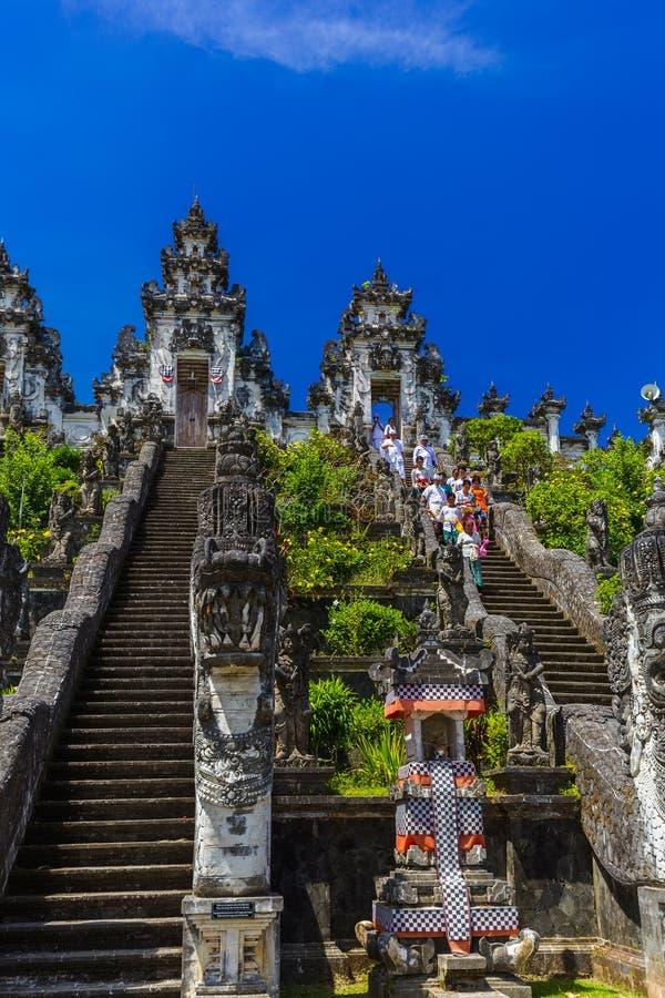 巴厘岛印度尼西亚- 4月27日:寺庙仪式在4月的Lempuyang 库存照片