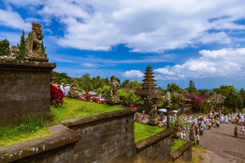 巴厘岛印度尼西亚- 4月26日:Pura Besakih寺庙的人们在Apri 免版税库存照片