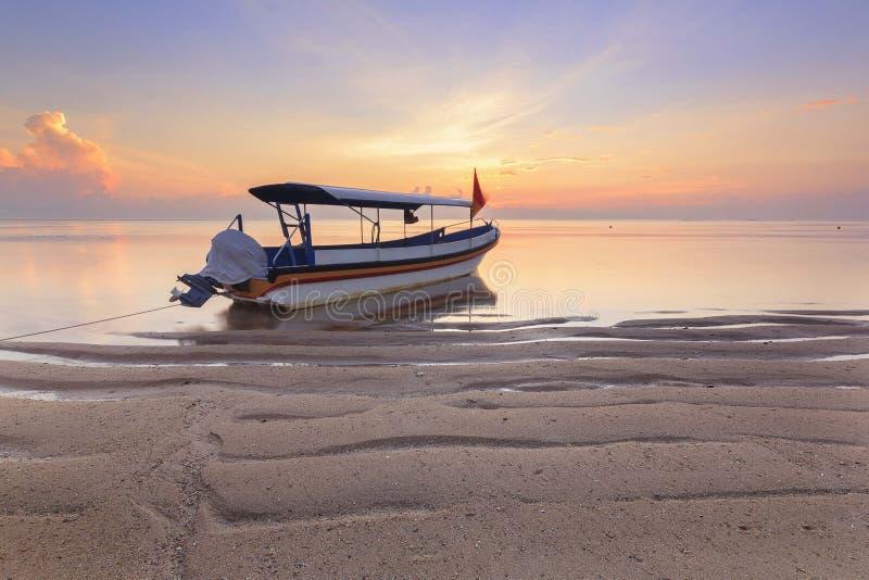 巴厘岛印度尼西亚 渔船居住于海岸线在萨努尔海滩 图库摄影
