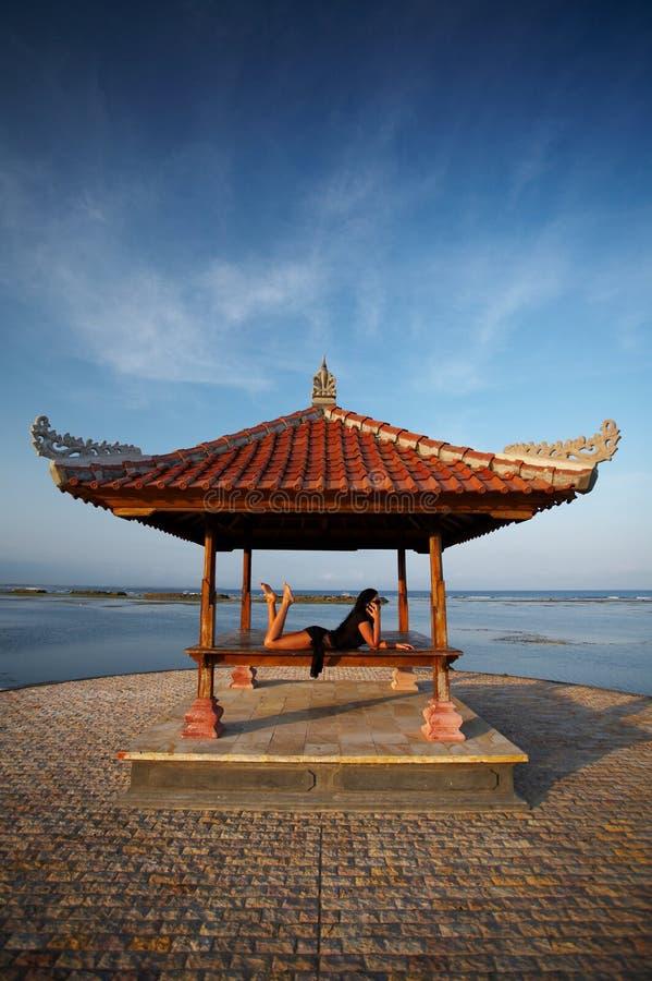巴厘岛海边妇女 免版税图库摄影